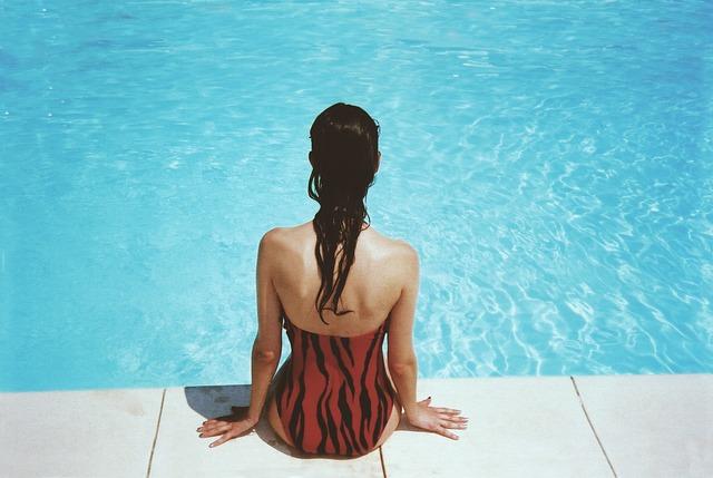 dívka u bazénu
