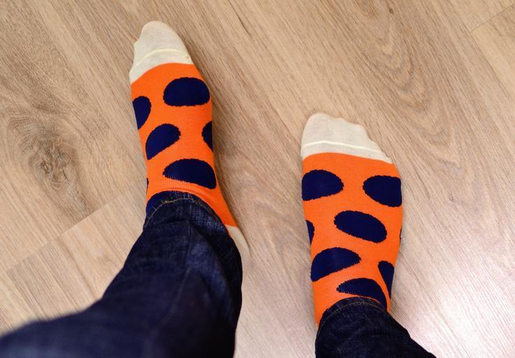 podlaha světlá a někdo po ní chodí v ponožkách