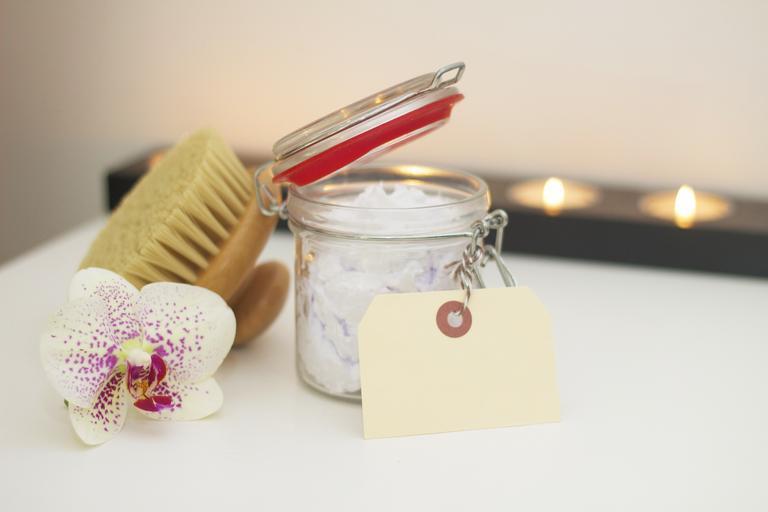 sůl ve skleněné lahvičce, kytička, kartáček a kartička
