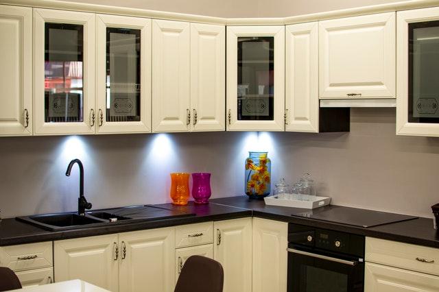 bílo-černá moderní kuchyň